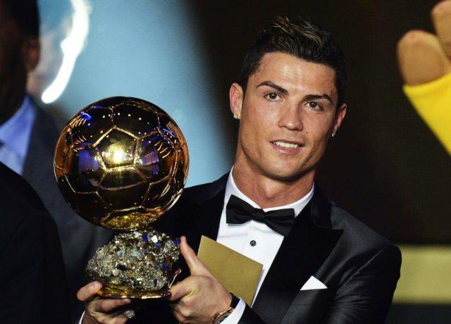 BO30. ZÚRICH (SUIZA), 13/01/2014.- El delantero portugués del Real Madrid, Cristiano Ronaldo, posa con el trofeo del Balón de Oro 2013 durante la gala celebrada en Zúrich, Suiza, el 13 de enero del 2014. EFE/Steffen Schmidt