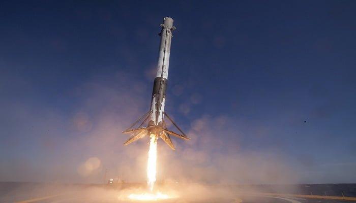 SpaceX enviará a dos personas a la Luna el próximo año