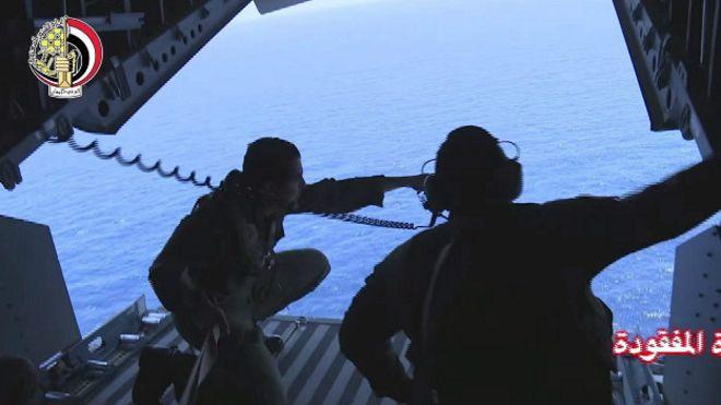 """""""Hallan restos humanos y partes del avión de EgyptAir desaparecido"""""""