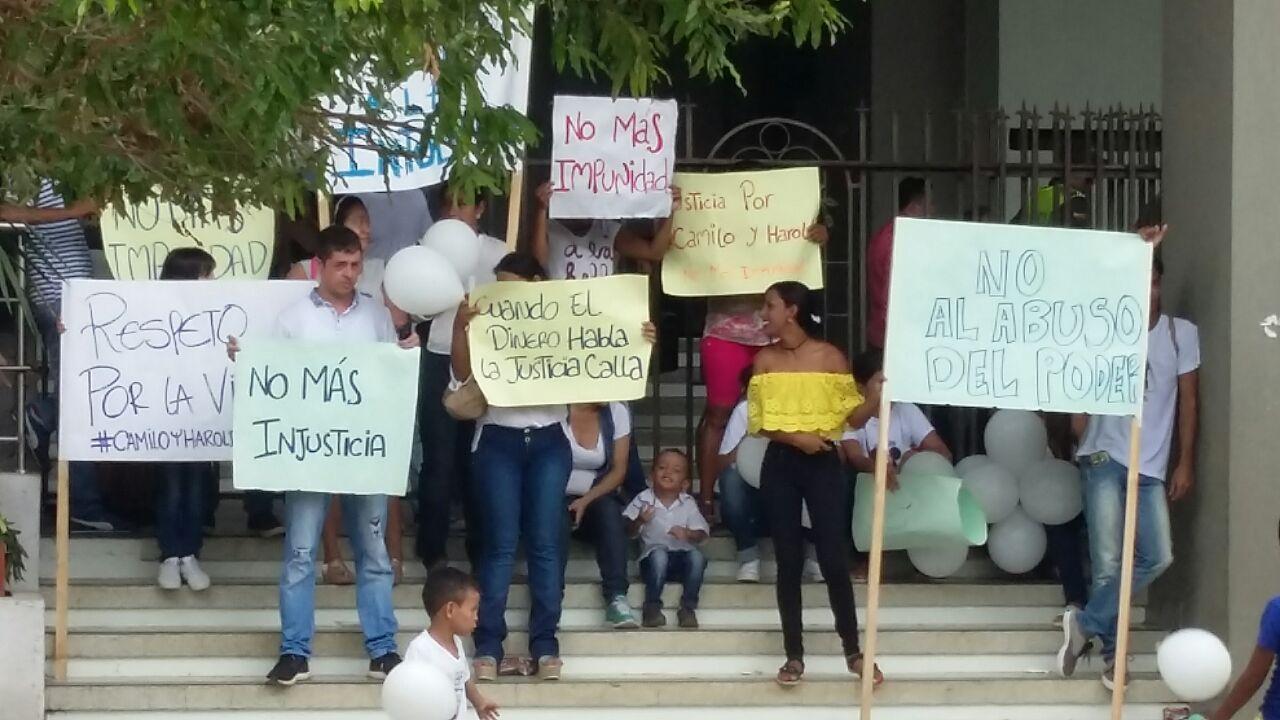 """¡No al abuso de poder, ni  impunidad!"""" decían familiares de jóvenes heridos por fiscal"""