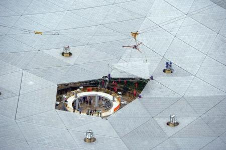 """El último panel del radiotelescopio más grande del mundo en China llamado """"FAST"""" es instalado en el condado de Pingtang, en la provincia de Guizhou, China, 3 de julio de 2016. China colocó el domingo la pieza final en lo que será el radiotelescopio más grande del mundo, instrumento que usará para explorar el espacio y buscar vida extraterrestre, dijeron medios estatales. China Daily/via REUTERS. ATENCIÓN EDITORES - ESTA IMAGEN FUE ENTREGADA POR TERCEROS. SOLO USO EDITORIAL."""
