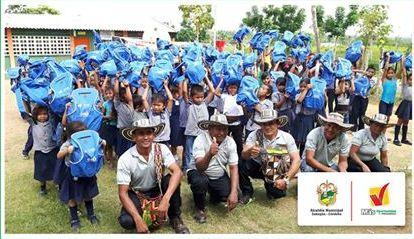 900 paquetes escolares para niños estudiantes
