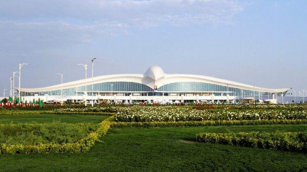 El curioso aeropuerto en forma de ave que fue inaugurado en Turkmenistán