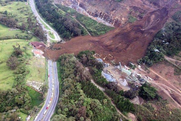 Derrumbe en autopista Medellín – Bogotá deja doce personas atrapadas