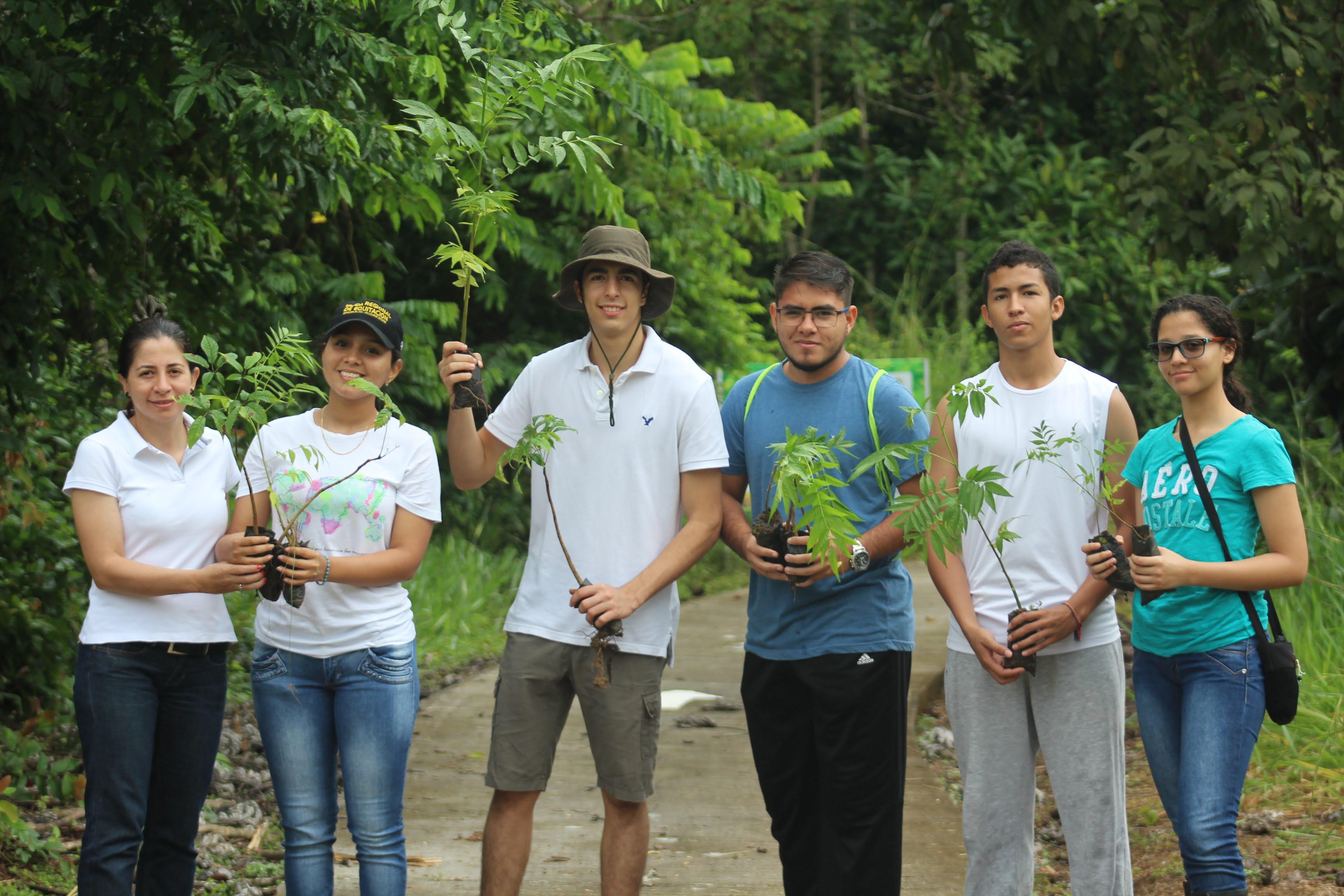 Estudiantes de la FEM siembran 400 árboles y dejan su huella ambiental