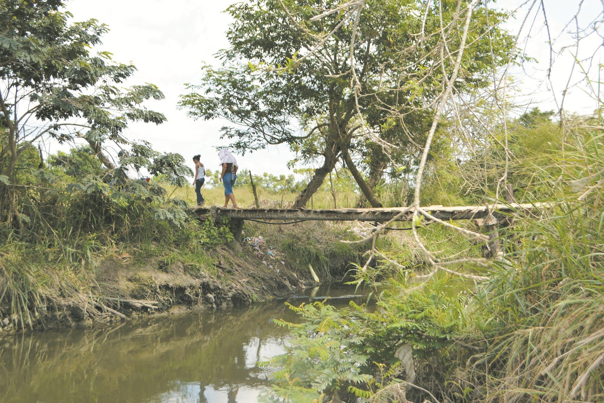 Ausencia de puente obliga a niños a caminar más de 7 kms. para poder ir estudiar