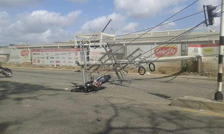 Volqueta derriba poste de energía y causa accidente múltiple