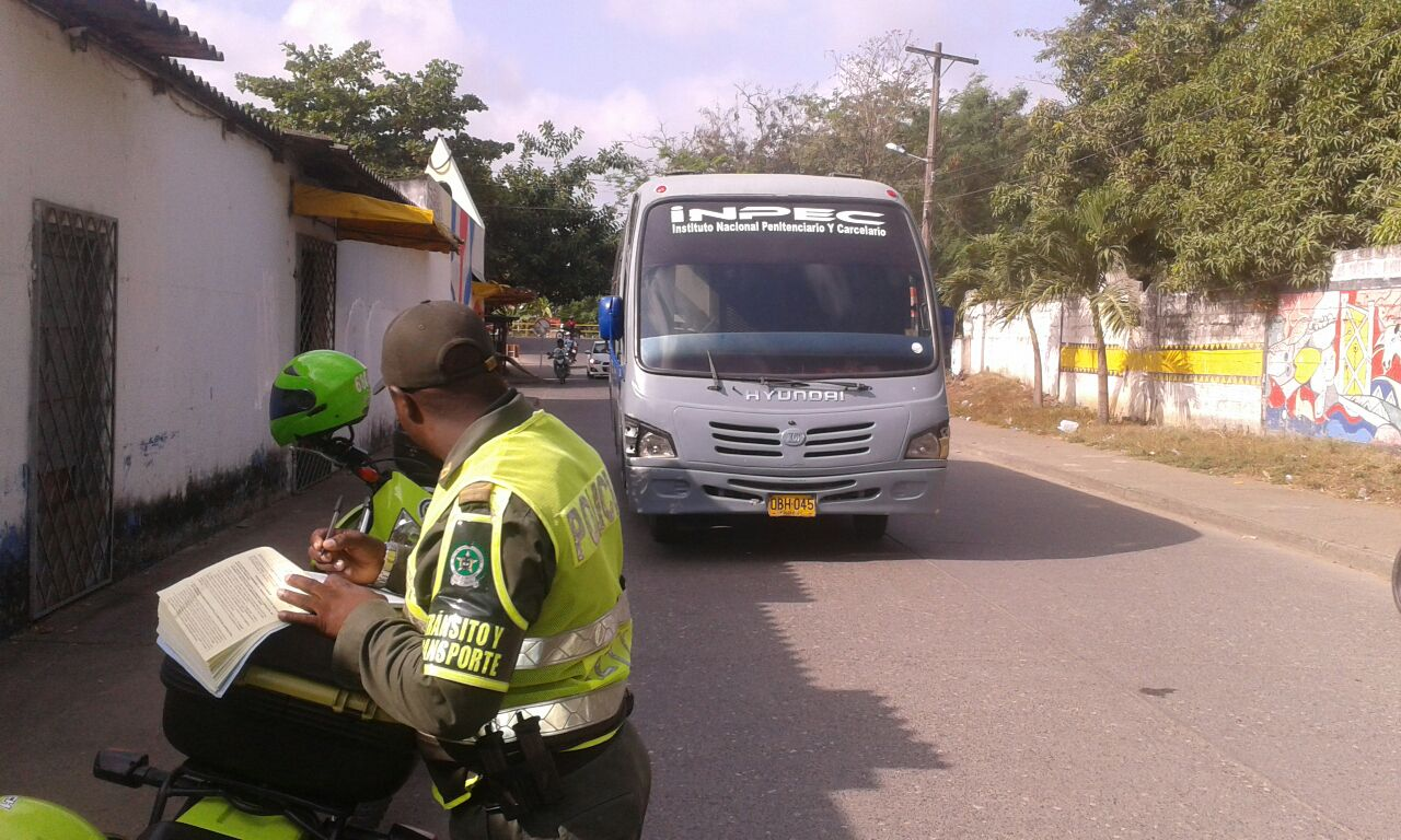 Tránsito de Montería inmoviliza buseta del Inpec por no cumplir con revisión tecnomecánica
