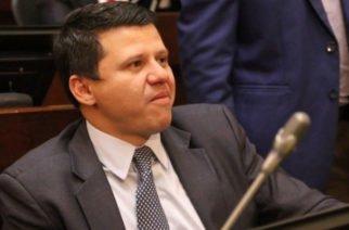Senador Bernardo Elías a punto de prender su propio ventilador