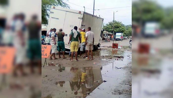 En Cereté, camión se atrancó por mal estado de la vía