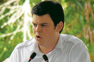 Suspenden juicio contra Lyons por inconsistencia en pruebas