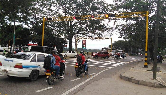 Empezó a funcionar el semáforo en Los Garzones