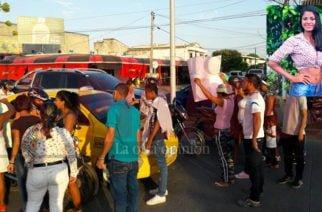 Video: Familia de ex candidata al Reinado del Río fallecida bloquean circunvalar porque funeraria no les entrega el cuerpo