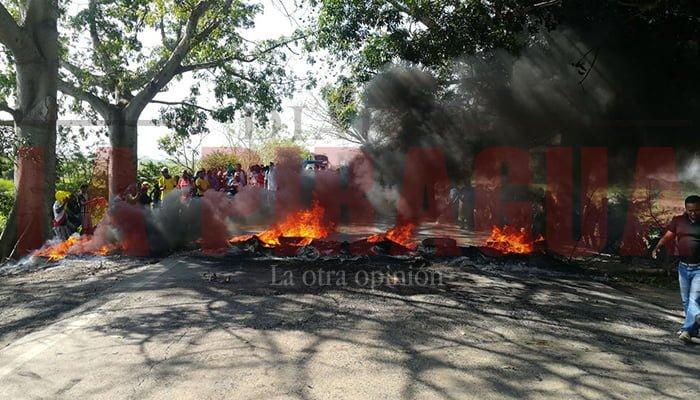 Comunidad bloquea vía Lorica-Cereté por su mal estado