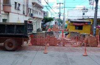 Demora en obras en la calle 33 con avenida 1era afecta ventas de los comerciantes de la zona