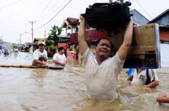 Asciende a 324 la cifra de muertos en Indonesia por inundación