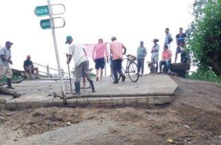 En Cotorra la comunidad destruyó un puente porque causa inundaciones