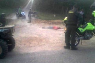 """Asesinaron hombre en Moñitos y dejaron letrero """"Por roba moto"""""""