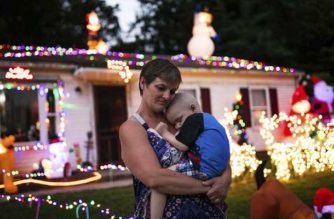 Un vecindario en Cincinnati adelantó Navidad para hacer feliz a un niño con cáncer terminal