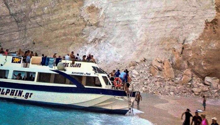 Siete turistas al borde de la muerte tras desprendimiento de roca en playa de Grecia