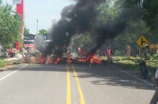 Por falta de energía habitantes bloquean vía de Sahagún- Chinú