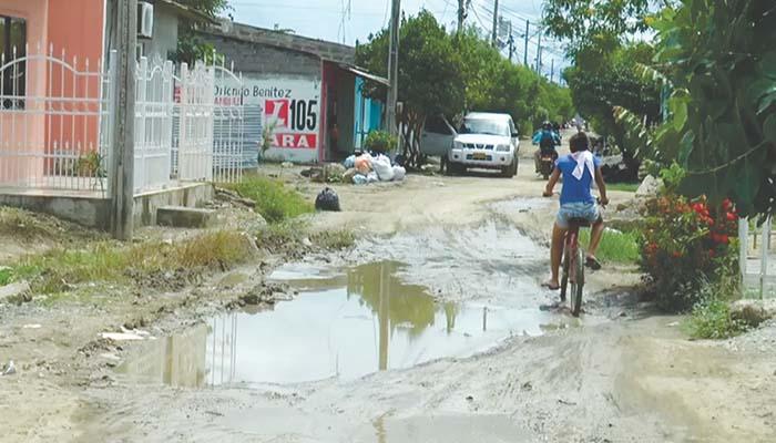 Habitantes de El Níspero padeciendo por el estado de las calles