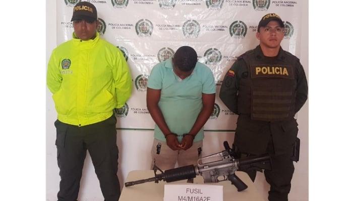 En Urabá capturaron hombre que llevaba un fusil en cava para hielo