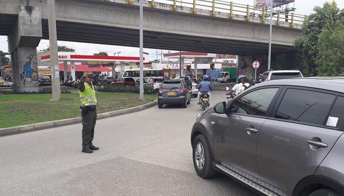 Policía presente en vías en el puente festivo