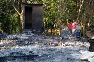 Incendio en Moñitos dejó sin vivienda a pareja y sus seis hijos