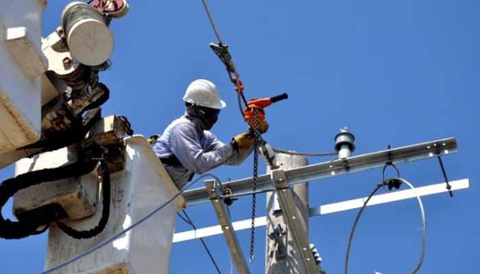 Trasladan redes eléctricas en riesgo por erosión del río en zona de Lorica