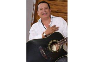 ¡Enamorado! Así se le ve al cantautor Roberto Calderón con una 'pelaíta' (FOTOS)