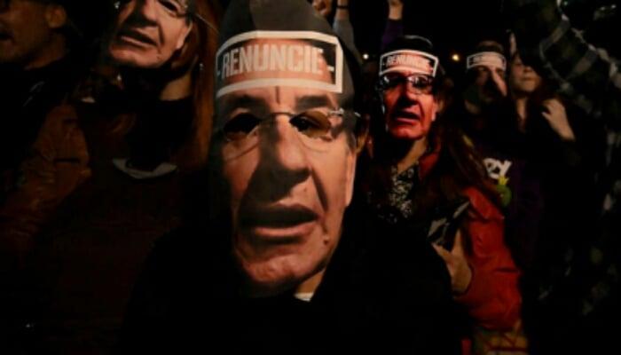 Manifestación contra Fiscal en Bogotá terminó en desmanes y quema de la bandera de la Fiscalía