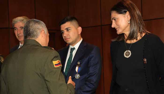 Ministro de Vivienda fue condecorado por la Policía Nacional