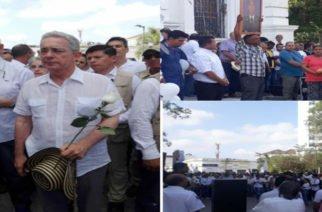 Video: Álvaro Uribe y Ruby Chagüi lideran plantón en Montería para honrar a cadetes fallecidos en atentado