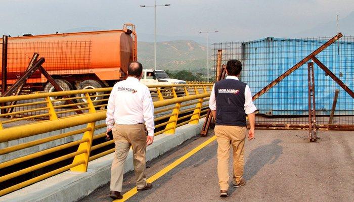 Con un camión y un contenedor Maduro bloqueó la frontera con Colombia para impedir ayuda humanitaria