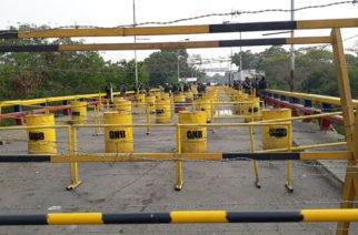 Pese a dimisión de algunos guardias se registra represión y bloqueo ante la ayuda humanitaria