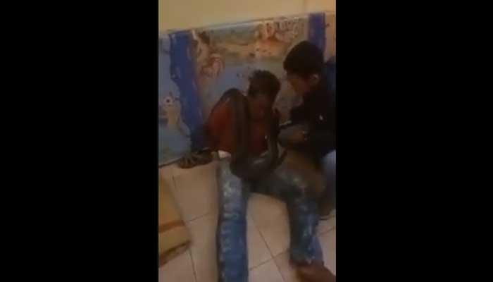 """Vídeo: """"Confesión rápida"""": Policía usa serpiente para interrogar a presunto ladrón"""