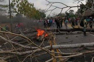 Por segundo día consecutivo productores de coca mantienen cerrada la vía Tierralta en protesta por incumplimiento del Gobierno
