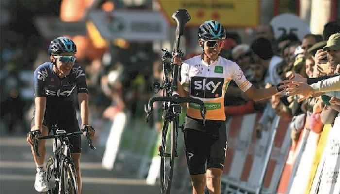 Egan Bernal entró caminando con bicicleta en mano en la quinta etapa de la Vuelta a Cataluña