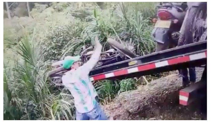 En vídeo: Vea como sin decoro alguno arrojan motocicletas inmovilizadas por un barranco