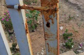 Personas inescrupulosas ensuciaron de excremento humano a reja en centro médico en Ciénaga de Oro
