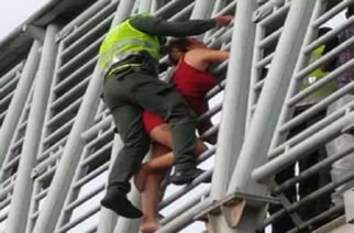 En vídeo: Policía salvó a mujer que quería lanzarse de un puente en Pereira