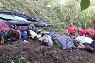 En Bolivia mueren 25 personas que viajaban en autobús que cayó a un barranco de 350 metros