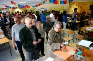 Españoles van a las urnas para elegir a miembros del Parlamento