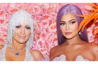 ¿Qué miraba Kylie Jenner en Jennifer Lòpez?, se preguntan fanáticos de la Met Gala (FOTOS)