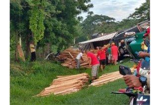 Conductor de una tractomula perdió el control del vehículo y se volcó en la vía Sahagún- Chinú