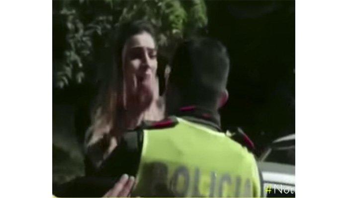 En video: Mujer forma espectáculo y agrede a varios guardias para no realizarse prueba de alcoholemia