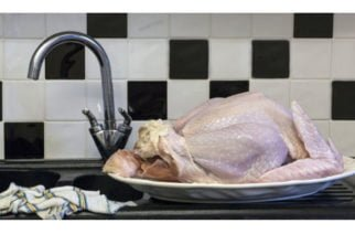 Si usted lava el pollo antes de cocinarlo no lo haga más, le contamos por qué podría ser peligroso