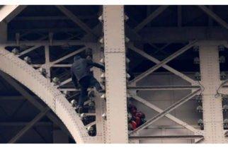 Sin vértigo alguno: Cierran y evacuan la Torre Eiffel porque un hombre la escalaba