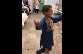 Video: La emotiva reacción de un niño afgano que se emociona al estrenar prótesis tras la amputación de su pierna